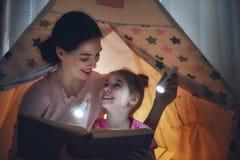 妈妈和孩子是阅读书 库存照片