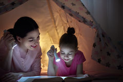 妈妈和孩子是阅读书 库存图片
