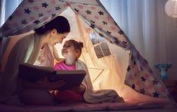 妈妈和孩子是阅读书 免版税库存照片