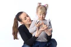 妈妈和小女儿学会 免版税库存图片