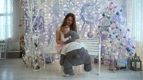 妈妈和小女孩有熊的坐长凳 股票视频