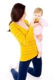妈妈和小男孩线索健康生活方式,和吃苹果 库存图片