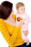 妈妈和小男孩线索健康生活方式,和吃苹果 图库摄影