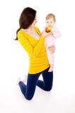 妈妈和小男孩主角健康生活方式,和吃苹果 免版税库存照片