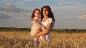 妈妈和小的女儿步行在成熟麦子的领域 愉快的母亲走与领域的婴孩 E 影视素材