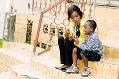 妈妈和愉快的孩子 图库摄影