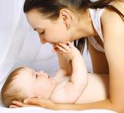 妈妈和婴孩上床时间 免版税库存照片