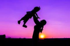 妈妈和婴孩剪影 免版税库存图片
