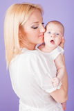 妈妈和婴孩在手上 免版税库存照片