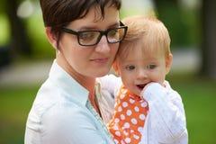 妈妈和婴孩本质上 库存图片