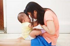 妈妈和婴孩daugher 库存图片
