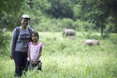 妈妈和dughter享用看狂放的大象 免版税库存照片