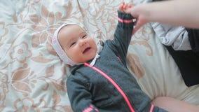 妈妈在走的冬天衣裳投入小婴孩 影视素材