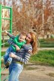 妈妈帮助儿子攀登台阶 免版税图库摄影