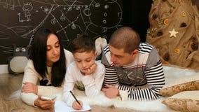 妈妈帮助孩子给圣诞老人项目写信 影视素材