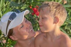 妈妈微笑的儿子 免版税库存照片