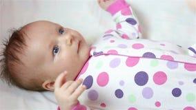 妈妈抹上在她的面颊的一个新出生的医疗润肤霜胶凝体 股票录像