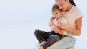 妈妈拥抱使用充满爱的年轻儿子 影视素材