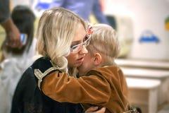 妈妈拥抱和饶恕他的儿子 免版税库存图片