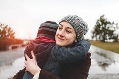 妈妈拥抱她的儿子 免版税图库摄影
