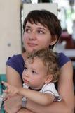 妈妈拥抱小孩 库存照片