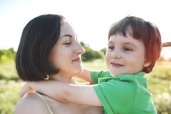 妈妈拥抱男孩 免版税库存图片
