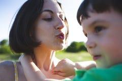 妈妈拥抱男孩 免版税图库摄影