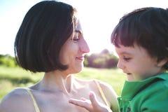 妈妈拥抱男孩 库存照片