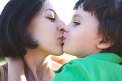 妈妈拥抱男孩 免版税库存照片