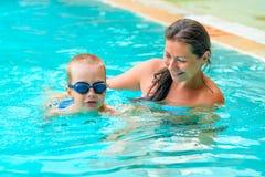妈妈教儿子游泳 免版税库存照片