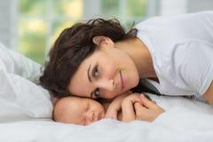 妈妈新出生` s的爱 免版税库存图片