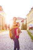 妈妈旅行与孩子 免版税库存图片