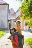 妈妈旅行与孩子 库存照片