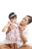 妈妈是举行和使用与她的婴孩 免版税库存照片
