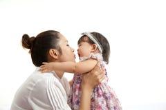 妈妈是举行和使用与她的婴孩 免版税图库摄影