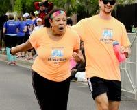 妈妈的奔跑赛跑者正起劲在2015年木桶匠河桥梁奔跑 图库摄影