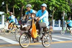 妈妈的自行车 图库摄影