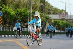 妈妈的自行车 免版税库存图片