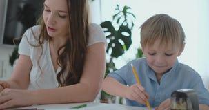 妈妈称赞他们的图画的两个儿子 家庭支持和育儿,母性 股票视频