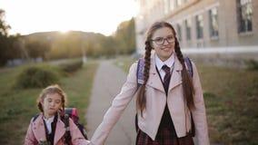 妈妈遇见她的女儿在日落靠近学校在学校以后 股票录像