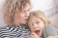 妈妈镇定的女儿 免版税图库摄影