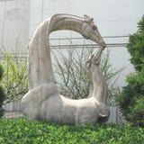 妈妈&小长颈鹿雕象 免版税库存照片
