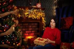 妊妇抚摸她的腹部在圣诞树 库存照片