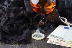 妓女或脱衣舞概念、欧洲钞票与性感的鞋带和避孕套 免版税库存照片