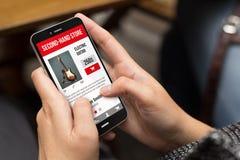 妓女购买在有智能手机的第二手网站 图库摄影