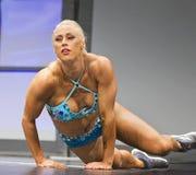 妖娆的赞成健身Gal执行运动回旋 免版税库存图片