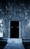 妖怪的眼睛开放古老门的 免版税图库摄影