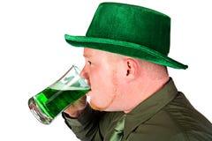 妖精:喝绿色啤酒的人 免版税库存图片