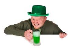妖精:拿着在白色卡片的绿色啤酒 免版税库存图片