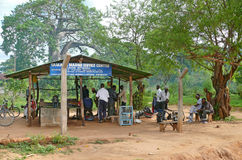姆特瓦拉,坦桑尼亚- 2008年12月3日:车间修理和mainten 免版税库存照片